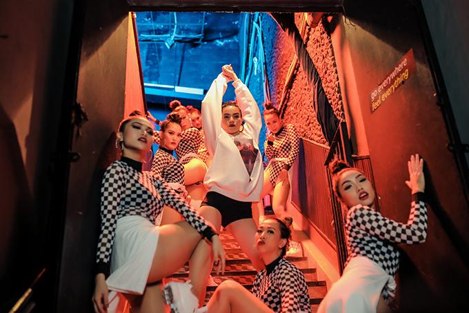 ho-ngoc-ha-khoe-vong-2-san-chac-vu-dao-dieu-luyen-trong-mv-dance-6