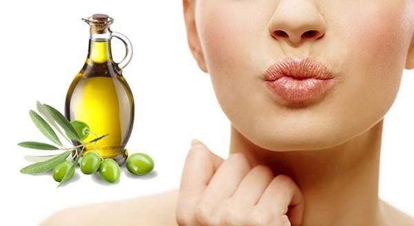 Thoa dầu ô liu lên môi vào buổi tối trước khi đi ngủ, để qua đêm, sáng dậy rửa sạch lại.