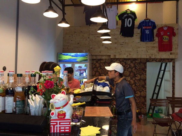 he-lo-hai-nguoi-ban-than-cung-cong-phuong-mo-quan-cafe-sach-1