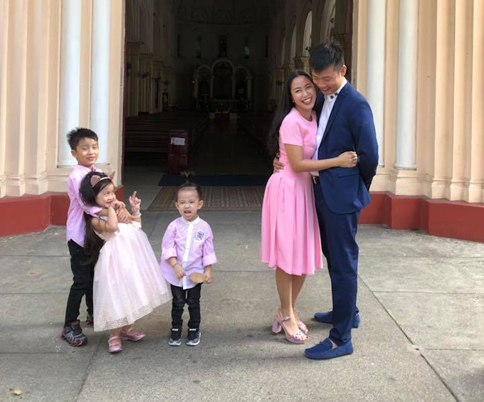 Gia đình Ốc Thanh Vân lên đồ đi ăn cưới. Cô viết: Ôi hơn 9 năm trước cũng tại Nhà thờ Chợ Quán, chỉ có hai đứa thôi. Mà giờ đông quá nè. Hình ảnh hạnh phúc của gia đình được nhiều người ngưỡng mộ.