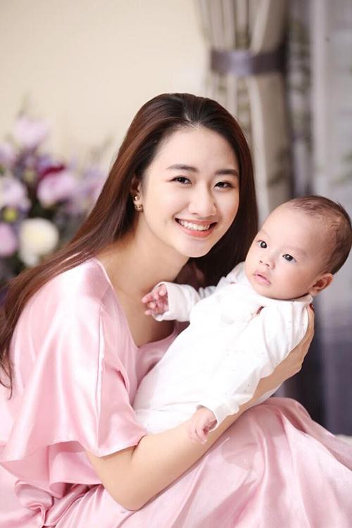 Hoa hậu Thu Ngân khoe ảnh con trai