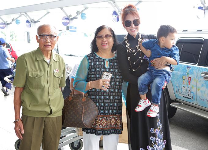 Bố mẹ và con trai tiễn Phi Thanh Vân đi thi nhan sắc ở Mỹ, bất ngờ thật