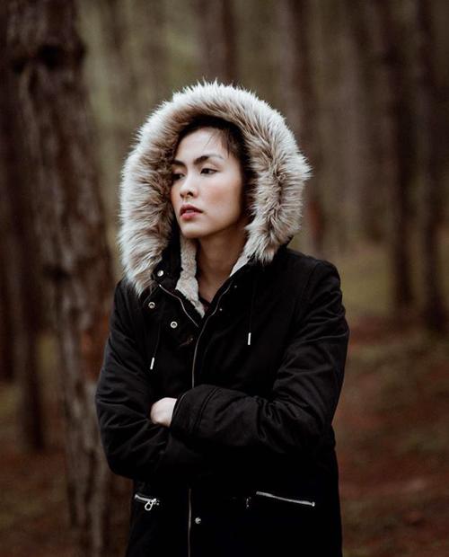 Tăng Thanh Hà tới Đà Lạt để cảm nhận cái lạnh trong những ngày cuối thu của thành phố hoa. Cô tá xuất với bộ ảnh so deep chụp giữa rừng thông - một trong những đặc trưng của cảnh quan Đà Lạt.