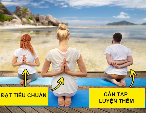 Động tác 1: Quỳ gối, chắp hai tay ra sau lưng.