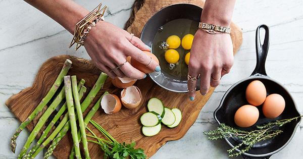 2. Tự chuẩn bị đồ ăn Khi tự nấu nướng, bạn sẽ kiểm soát được thực đơn, biết rõ món nào nên ăn, món nào không nên ăn. Bạn cũng có thể kiểm soát được khẩu phần ăn mỗi ngày, nhờ đó, không ăn quá lượng calories cần thiết.