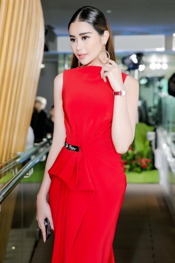 Vừa trở về từ Mỹ sau một thời gian dài học tập và điều hành các hoạt động kinh doanh, Hoa hậu Sella Trương xuất hiện tại buổi giới thiệu bộ sưu tập thời trang xuân hè 2018 vào chiều ngày 3/12.