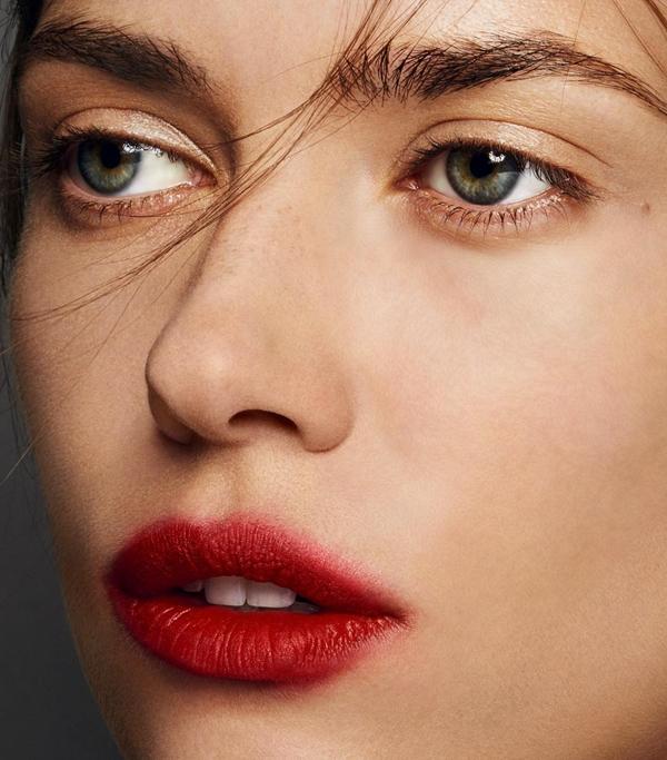 Son môi màu đỏ berry Thời đại của màu cam đã qua, năm 2018 đánh dấu sự lên ngôi của son đỏ berry. Màu son này hợp với khá nhiều tone da.