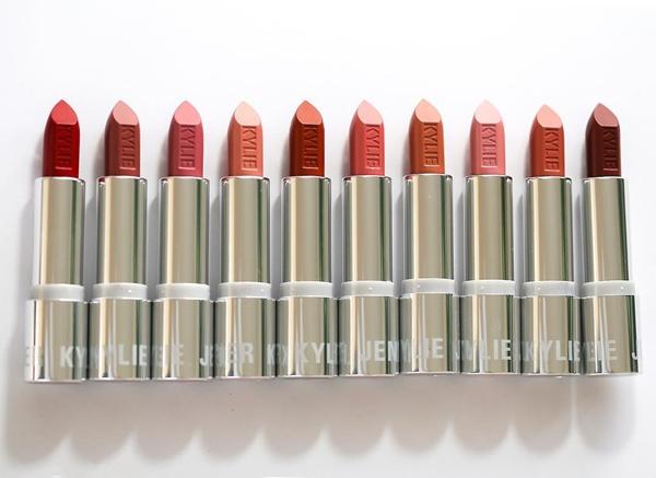20 màu son của BST này mang đủ các sắc tố màu, từ tone nude đến cam hay đỏ rực, thậm chí có cả một thỏi son màu tím.