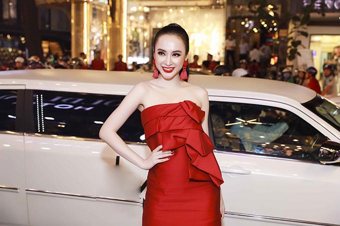 Góp mặt tại buổi giới thiệu cửa hàng thời trang của thương hiệu nổi tiếng, Angela Phương Trinh gây được sự chú ý bằng cách sử dụng sắc đỏ cho trang phục và phụ kiện.