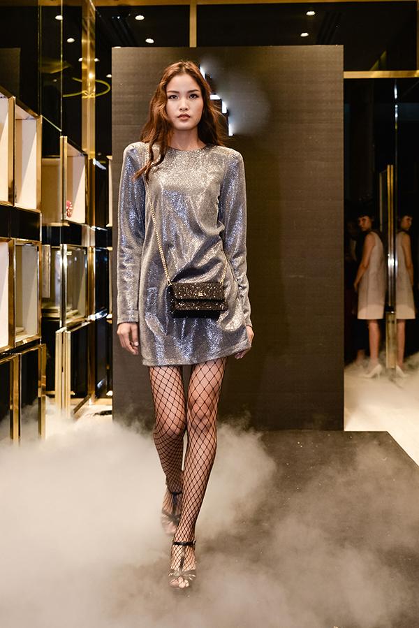 Chà Mi sexy và cá tính cùng cách phối váy ánh kim đi cùng tất lưới đen.