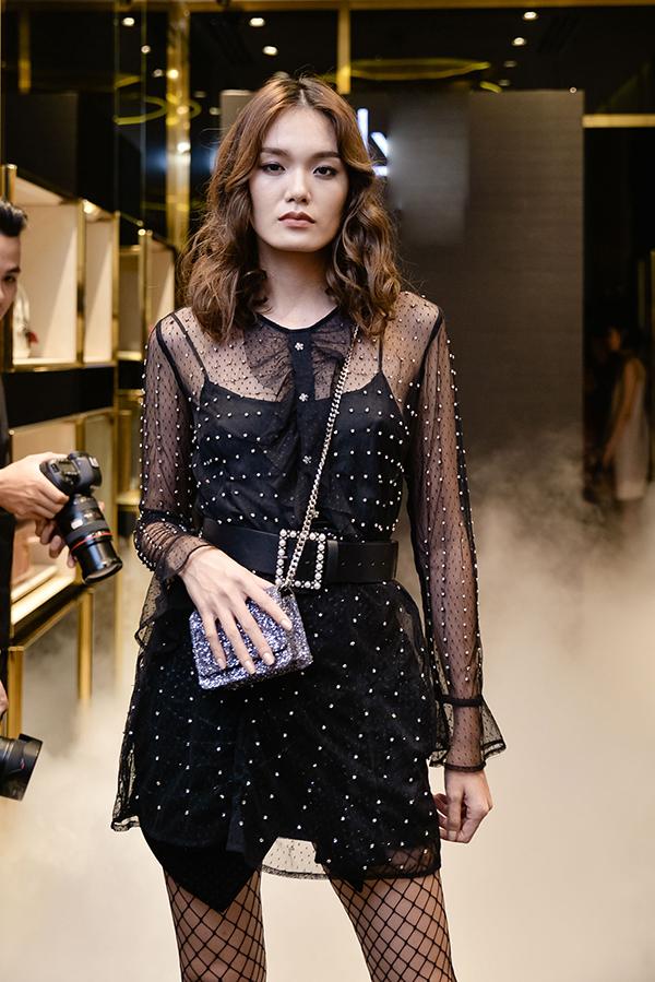 Thanh Thảo khoe vóc dáng mảnh vai với váy xuyên thấu, phụ kiện đi kèm và túi mini lóng lánh ánh bạc.