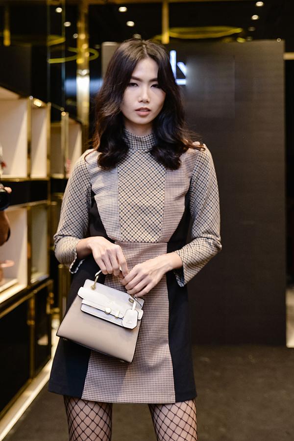 Trần Thanh Thuỷ hiện đại và thanh lịch khi diện váy ca rô cắt ráp tỉ mỉ và mang tính ứng dụng cao.
