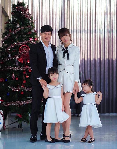 Lý Hải - Minh Hà cho hai con gái mặc đồng phục với mẹ, đi dự sự kiện.