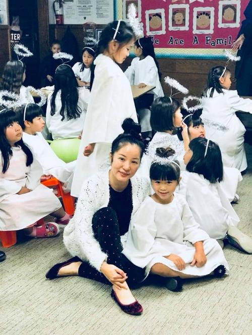 Thuý Nga cùng con tới trường tham gia hoạt động ngoại khoá. Cô viết: Em mãi là thiên thần của mẹ.