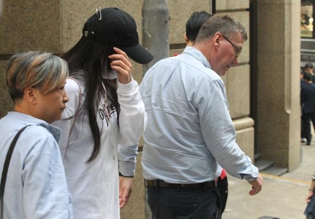 Sau khoảng 2 tiếng đồng hồ, Thư Kỳ rời đi dưới sự hộ tống của một phụ nữ tóc ngắn.