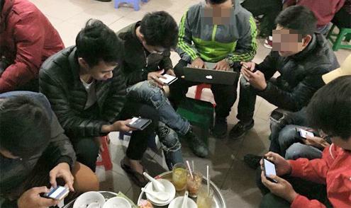 Chàng trai đập điện thoại của bạn vì đi mời cưới ai cũng cắm mặt vào smartphone