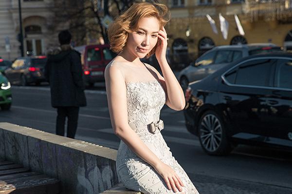 Quỳnh Thư diện váy ren khoe dáng giữa trời Tây