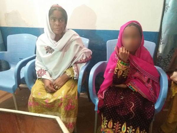 Bé gái và mẹ tại sở cảnh sát. Ảnh: Caters