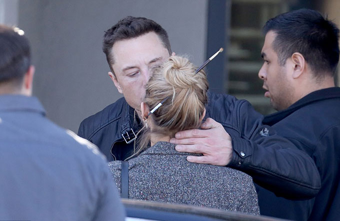 Tỷ phú si tình còn chủ động hôn nữ diễn viên Danish Girl.