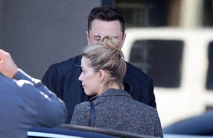 Sự thân mật của Elon Musk và Amber Heard khiến nhiều người tin rằng họ đang quay về bên nhau. Tuy nhiên nguồn tin thân cận của Amber tiết lộ trên TMZ, hai người chỉ đơn thuần là bạn bè. Amber đã mời Elon Musk đi ăn món đặc sản quê hương Austin (Texas) của cô tại nhà hàng này.