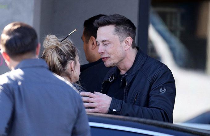 Khi rời nhà hàng, Elon vẫn quyến luyến không rời bên bạn gái cũ. Trong cuộc phỏng vấn hồi tháng 11, tỷ phú 45 tuổi thổ lộ rằng anh đã tan nát con tim khi Amber Heard kết thúc mối quan hệ. Tôi đã yêu say đắm và nó khiến tôi tổn thương sâu sắc, thiên tài công nghệ tâm sự trên tạp chí Rolling Stone.