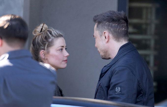 Amber Heard và tỷ phú Elson Musk được trông thấy đi ăn trưa tại một nhà hàng ở Los Angeles hôm 21/12. Cặp đôi từng hẹn hò một năm nhưng đã chia tay vào tháng 8.