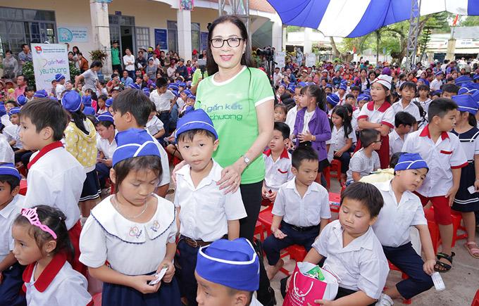 Tham gia chương trình từ thiện Gắn kết yêu thương còn có nghệ sĩ Kim Xuân. Đây là hoạt động tình nguyện do Nhà văn hóa Thanh Niên TP HCM tổ chức từ năm 2014 đến nay.