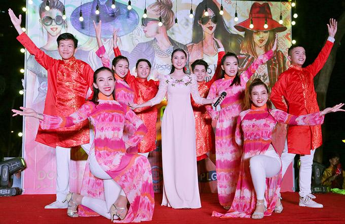 [Caption]Cao Mỹ Kim đã trình bày ca khúc Hãy đến với con người Việt Nam cùng với vũ đoàn NK. Đây là dành cho hàng ngàn khán giả trong và ngoài nước ngay tại trung tâm Sài Gòn .