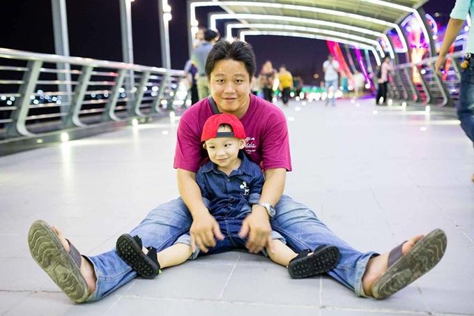 Ý tưởng trồng rau sạch trên ban công được anh Nguyễn Văn Biển, 27 tuổi, nhen nhóm từ khi cậu con trai đầu lòng bước vào giai đoạn ăn dặm. Nơi gia đình anh Biển sống không có sẵn nguồn thực phẩm sạch, anh quyết định dành thời gian tự trồng rau cho con.