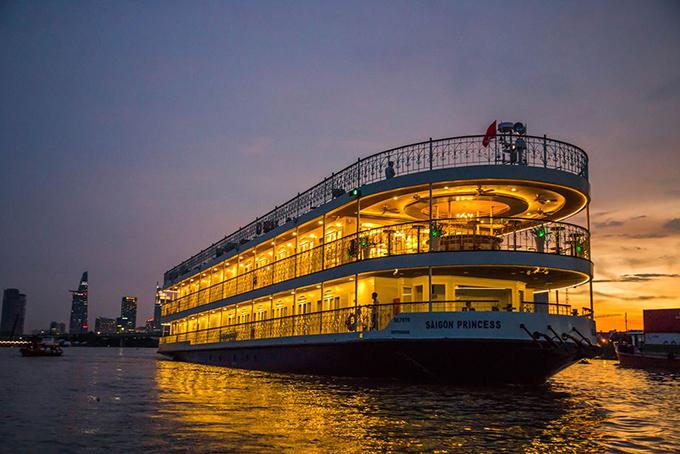 Đàm Vĩnh Hưng và Hoài Lâm có đêm nhạc Dạ khúc đêm đông mở màn chuỗi chương trình Dining with the stars trên du thuyền có giá 3 triệu USD trên sông Sài Gòn, tối 24/12.