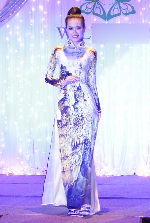 Á khôi 2 Trần Đình Thạch Thảo duyên dáng sải bước trong tà áo dài họa tiết hang động Việt Nam.