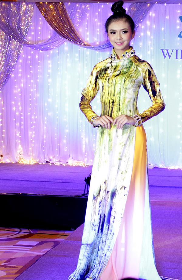 Màn biểu diễn áo dàicủa dàn người đẹp hai nước Việt Nam, Thái Lan được khán giả cổ vũ nồng nhiệt.
