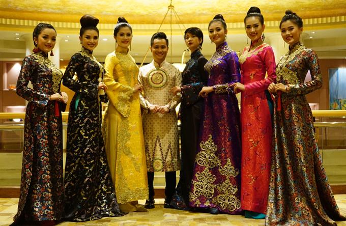 Nhật Dũng mang cả sưu tập áo dài may bằng vải gấm giới thiệu tại sự kiện này.
