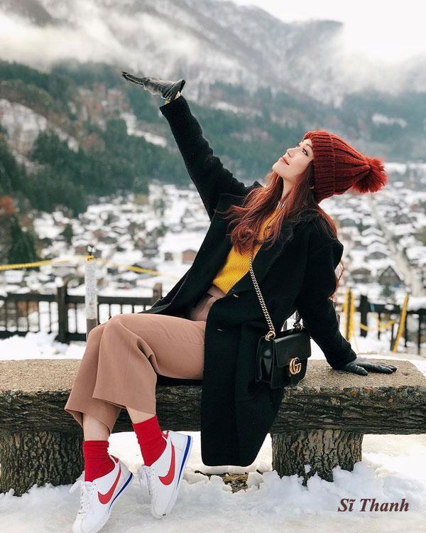 Mũ len vốn không còn là món phụ kiện xa lạ với phái đẹp. Những chiếc mũ beanie có chóp nhọn hay gắn quả bông vẫn là item hợp mốt, giữ ấm đắc lực trong mùa đông năm nay. Ảnh: Ca sĩ Sĩ Thanh.