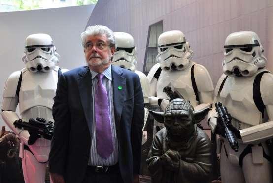Theo thống kê mới nhất của tạp chí Forbes, nhà làm phim 73 tuổi George Lucas hiện là nhân vật ngành giải trí có tài sản lớn nhất tại Mỹ với 5,5 tỷ USD. Ông từng thu về khoản lợi nhuận khổng lồ từ hai seri phim ăn khách Star Wars và Indiana Jones. Năm 2012, George Lucas đã bán hãng phim Lucas cho Disney với giá 4,1 tỷ USD. Quỹ từ thiện của gia đình ông hiện có hơn 1 tỷ USD.