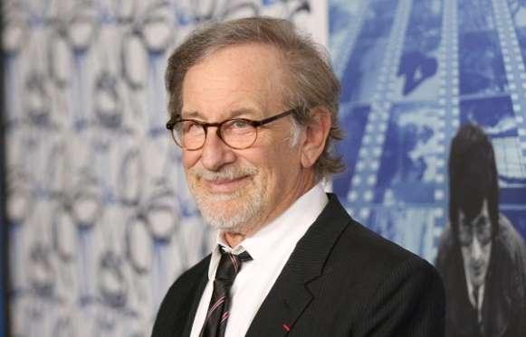 Đạo diễn Steven Spielberg cũng trở thành tỷ phú sau thương vụ bán hãng phim hoạt hình DreamWorks do ông đồng sáng lập cho Comcast năm 2016 với giá 3,8 tỷ USD. Cha đẻ của bộ phim Công viên khủng long, Hàm cá mập... cũng bỏ túi khoản thu nhập lớn trong hơn 50 năm sự nghiệp nhờ những bộ phim bom tấn hút khách. Tài sản của ông tính đến cuối năm 2017 là 3,6 tỷ USD.