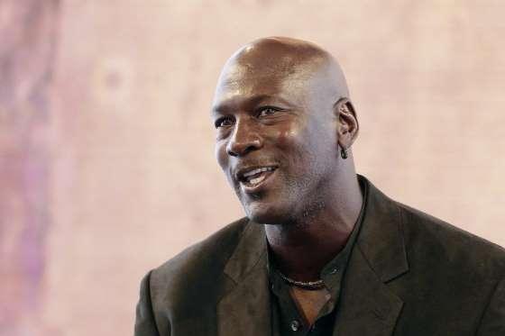 Ngôi sao bóng rổ nhà nghề Michael Jordan cũng đứng trong hàng ngũ tỷ phú với tài sản 1,4 tỷ USD. Theo Forbes, cầu thủ 54 tuổi chỉ kiếm được 94 triệu USD trên sân bóng trong suốt sự nghiệp của mình nhưng bỏ túi 1,3 tỷ USD nhờ những khoản thu nhập khác từ quảng cáo và kinh doanh, đặc biệt là lợi nhuận của thương hiệu giày Jordan.