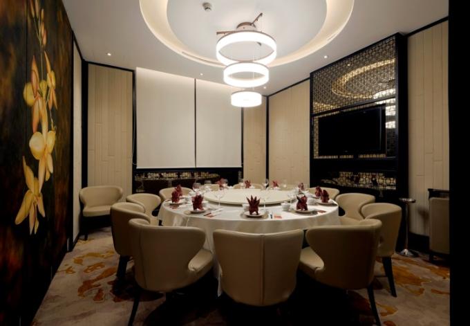 Nhà hàng có không gian riêng ấm cúng, sang trọng.