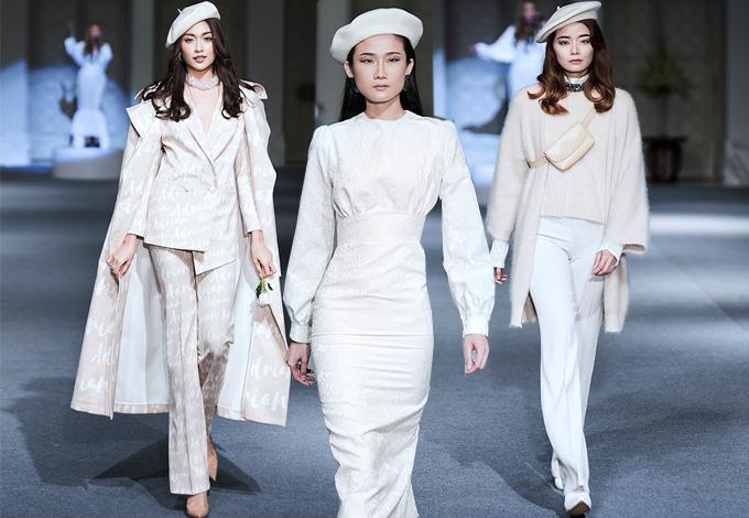 Sau nhiều mùa mải mê với việc sử dụng các tông màu và họa tiết nữ tính, Adrian Anh Tuấn chuyển sang sử dụng tông trắng thanh nhã cho bộ sưu tập thu đông 2017.