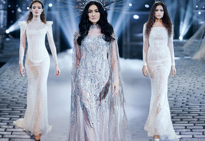Nhà thiết kế lần lượt giới thiệu các mẫu trang phục ứng dụng, váy dạ tiệc và váy cưới với sự biến hóa ấn tượng về phom dáng cùng cách xử lý chất liệu ánh kim bắt mắt.