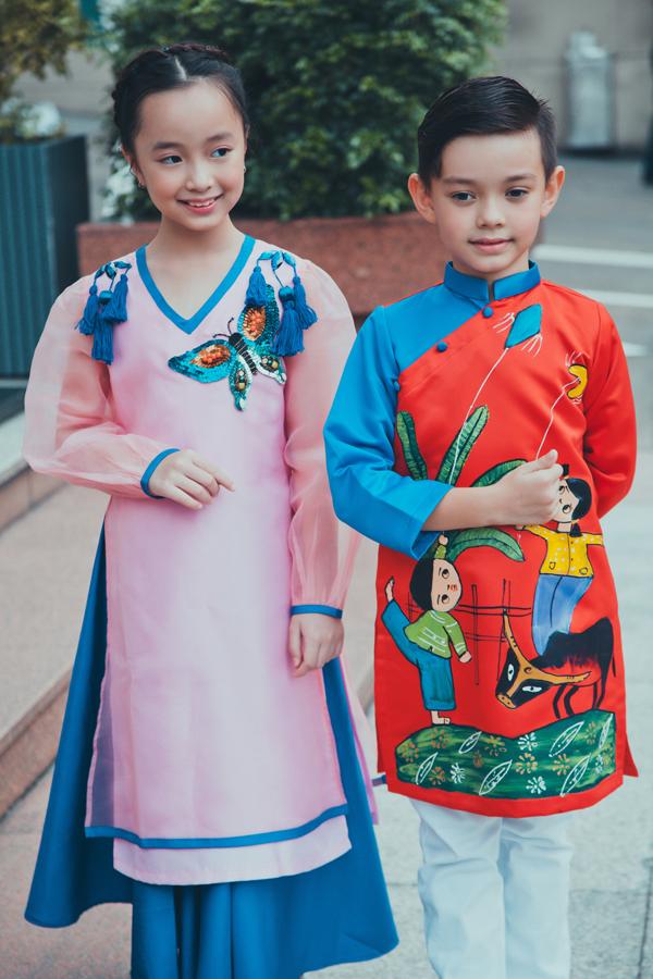Những bức tranh với nét vẽ ngộ nghĩnh về phong cảnh quê hương Việt Nam cũng được chọn lọc và tạo điểm nhấn sinh độngtrên áo dài trẻ em.