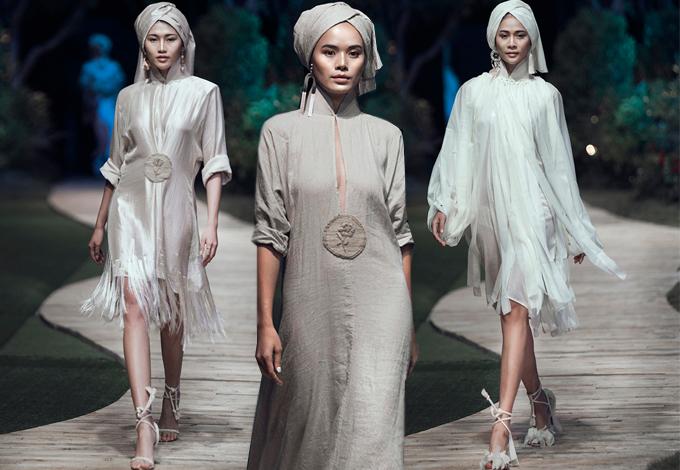 Khăn quấn đầu của người Khmer, phụ kiện hoa tai, túi xách tua rua được phối hợp một cách nhịp nhàng cùng từng mẫu váy áo.