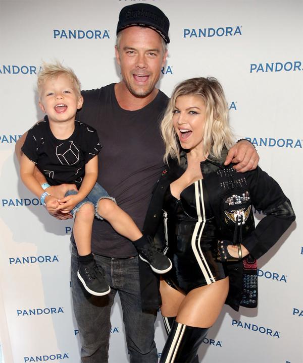 Không dấu hiệu rạn vỡ nên nữ ca sĩ Fergie và tài tử Josh Duhamel đã khiến các fan ngỡ ngàng khi họ tuyên bố ly hôn vào tháng 9 năm nay. Quá bận rộn với công việc riêng là lý do khiến cặp sao chia tay sau 8 năm kết hôn. Họ có chung cậu con trai 4 tuổi.