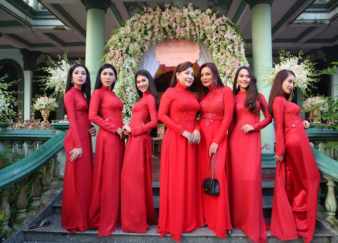 Dàn người đẹp với áo dài đỏ rực, chuẩn bị sẵn sàng nhận tráp quả khi nhà trai tới làm lễ xin dâu.