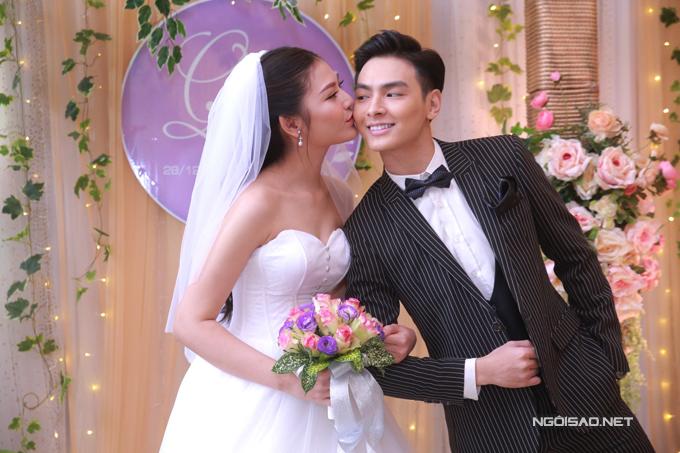 Đầu tháng 12 vừa qua, chân dài The Face đã được ông xã Jay Quân ngỏ lời cầu hôn vào đúng dịp sinh nhật 20 tuổi. Từ thời điểm cầu hôn đến khi tổ chức đám cưới, cặp đôi chỉ có gần một tháng chuẩn bị.