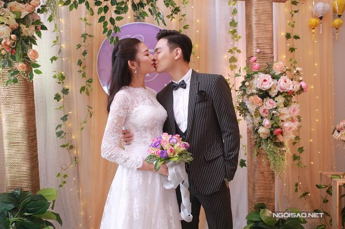 Sau lễ rước dâu vào buổi sáng, trưa nay cặp đôi Chúng Huyền Thanh - Jay Quân đã tổ chức đám cưới tại một nhà hàng sang trọng tại quê nhà Hải Phòng. Đôi uyên ương không ngần ngại trao nhau nụ hôn ngọt ngào, thể hiện tình cảm sâu đậm.