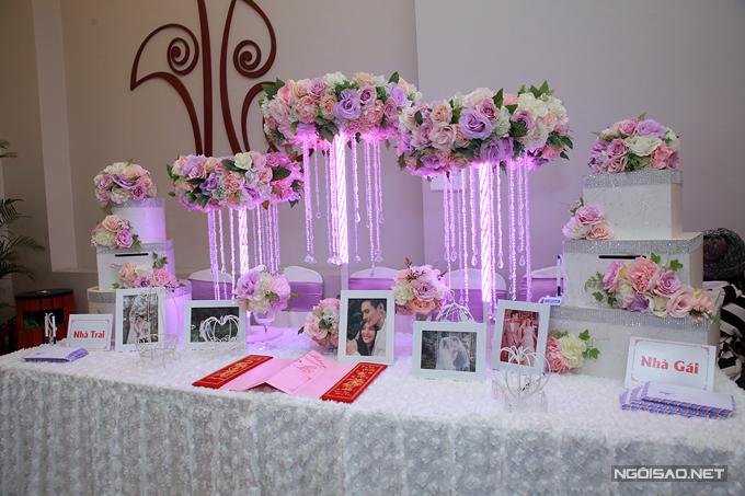 Tiệc cưới tại quê nhà của Chúng Huyền Thanh được trang trí giản dị, ấm cúng.