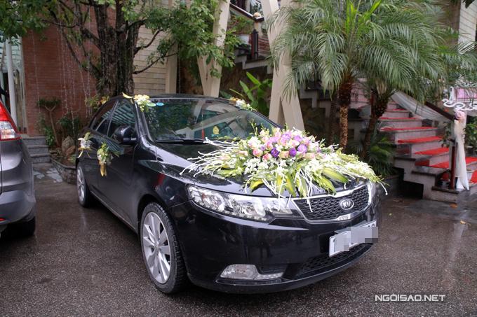 Tân lang, tân nương di chuyển bằng ô tô sang trọng đến địa điểm diễn ra tiệc cưới.