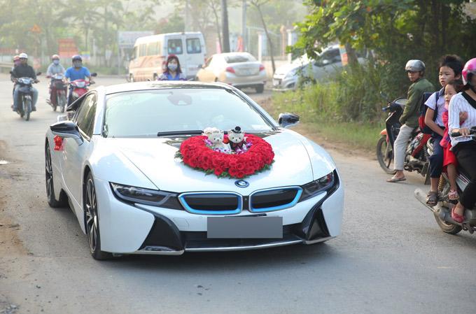 Đúng 7h sáng, xe hoa của chú rể Trần Phi Hùng thẳng tiến đến nhà cô dâu ở quận 9 TP HCM.