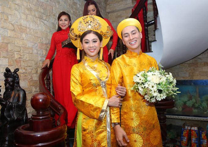 Sau khi được gia đình cho phép, anh Trần Phi Hùng lên lầu đón cô dâu xuống ra mắt họ nhà trai.